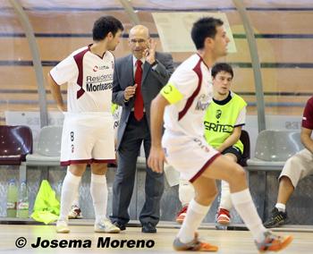 Domingo Cuartero, dando instrucciones a un jugador del Albacete FS