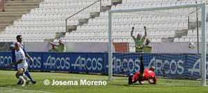 Sergio Molina marca el gol de la victoria del Albacete sobre la UD Melilla.