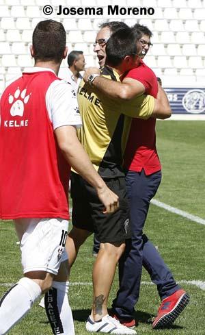Antonio Gómez se fundió en un abrazo con Juanky Calero cuando el árbitro pitó el final del partido.