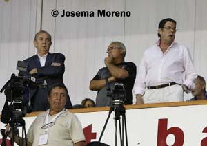 Aurelio Milla, José Antonio Iniesta y Rafael Candel, en el palco del Carlos Belmonte.