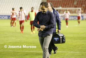 Antonio Gómez sale cabizbajo de un partido esta temporada en el Carlos Belmonte.